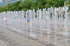 底特律在GM广场的河边区喷泉 库存图片