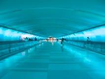 底特律机场走道-蓝色 免版税库存图片