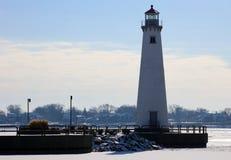 底特律河边区灯塔在面对加拿大的冷的冬天期间 免版税库存照片
