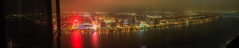 底特律街市江边摩天大楼在晚上从上面 免版税图库摄影