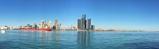 底特律,密执安的全景与货轮的地平线在前景 免版税图库摄影