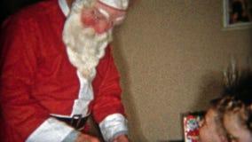 底特律,密执安1953年:懒惰圣诞老人起来并且给更多礼物 股票录像