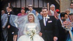 底特律,密执安1957年:离开教会亲吻和庆祝的新婚佳偶夫妇 股票视频
