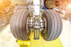 底盘轮子飞机轮胎橡胶关闭 图库摄影