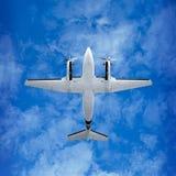 底视图-在天空背景的双支柱飞机 库存图片