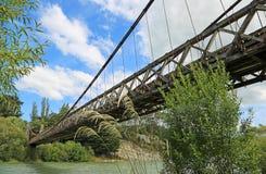 从底部的看法在Clifden吊桥 免版税库存图片