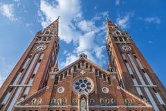 从底部看见的塞格德大教堂下午,在夏天 这大教堂Szegedi Dom是其中一个塞格德的标志 图库摄影