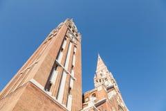 从底部看见的塞格德大教堂下午,在夏天 这大教堂Szegedi Dom是其中一个塞格德的标志 库存图片