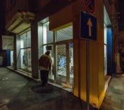 店面夜有薄雾的波摩莱在保加利亚 库存照片
