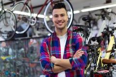 店主在自行车车间 免版税库存图片