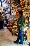 店主正在寻找顾客 免版税库存图片