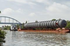 庞大的货物的运输在驳船的 免版税库存照片