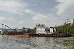 庞大的货物的运输在驳船的 库存图片