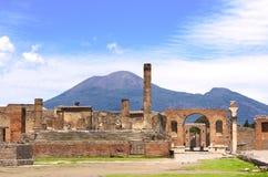 庞贝城和火山挂接Vesuvius废墟  库存照片