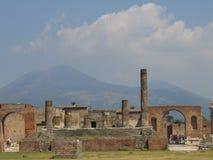 庞贝城和维苏威火山后面的 免版税库存照片
