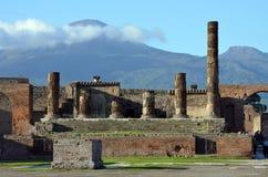 庞贝城废墟和背景的维苏威火山 免版税库存照片