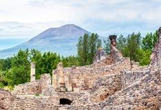 庞贝城废墟和距离的维苏威,意大利 免版税库存照片