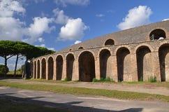 庞贝城著名古色古香的废墟的圆形剧场在南意大利 库存图片