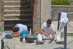 庞贝城,意大利- 6月01 :做恢复工作的考古学家在庞贝城, 2016年6月01日的意大利 免版税库存照片