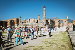 庞贝城,游人在古老罗马论坛的orientali si fotografano 免版税库存图片