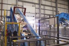 废传送带的纸板输入的回收厂 库存照片