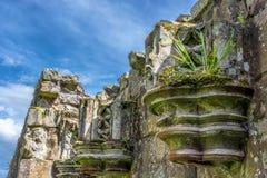 废墟与草和天空的教会专栏在Lanercost 免版税库存照片