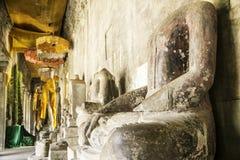 废墟和古老菩萨雕象在吴哥窟,柬埔寨 免版税库存照片