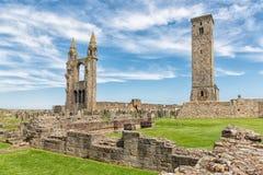 废墟和圣安德鲁斯,苏格兰坟园大教堂  免版税库存图片