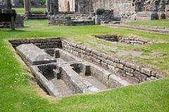 废墟和坟园有土窖的在圣安德鲁斯大教堂,苏格兰附近 免版税库存图片