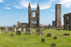 废墟和坟园有墓碑的在圣安德鲁斯大教堂,苏格兰附近 库存照片