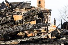 废墟和遗骸被烧在房子下 免版税图库摄影