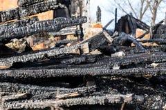 废墟和遗骸被烧在房子下 免版税库存照片