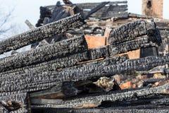 废墟和遗骸被烧在房子下 免版税库存图片