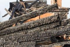 废墟和遗骸被烧在房子下 库存照片
