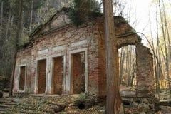 废墟在森林里 免版税库存图片