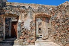 废墟在被放弃的麻疯病患者殖民地史宾纳隆加岛,克利特 免版税图库摄影