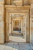 废墟或古老石走廊有方形的archs的 免版税库存照片