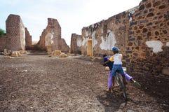 废墟的孩子 免版税库存图片
