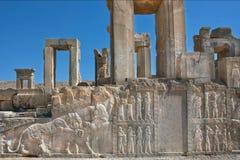 废墟的宫殿与古老浅浮雕在波斯波利斯 免版税库存照片