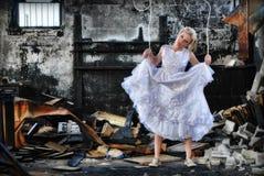 废墟的牵线木偶妇女 免版税库存照片