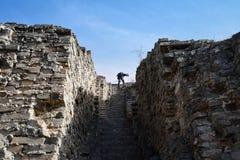 废墟的登山人 免版税库存图片