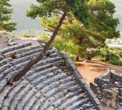 废墟石头和剧院安塔利亚arykanda火鸡亚洲天空的a 免版税库存图片