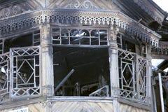 废墟被放弃的木房子 免版税库存图片