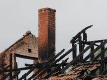 废墟被烧在居民住房下在火以后 免版税库存照片
