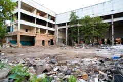 废墟 前工厂的被毁坏的商店 库存照片