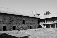 废墟 在中世纪宫殿的意想不到的视觉的重建在村庄Racos,特兰西瓦尼亚 免版税库存照片