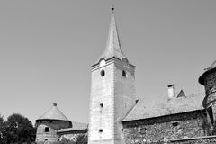 废墟 在中世纪宫殿的意想不到的视觉的重建在村庄Racos,特兰西瓦尼亚 图库摄影