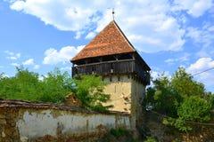 废墟 被加强的中世纪撒克逊人的福音派教会在村庄Cobor,特兰西瓦尼亚,罗马尼亚 免版税库存照片