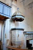 废墟 讲坛里面在村庄Felmer, Felmern,特兰西瓦尼亚,罗马尼亚加强了中世纪撒克逊人的福音派教会 免版税图库摄影