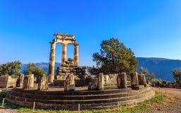 废墟Athina Pronaia寺庙在古老特尔斐 图库摄影